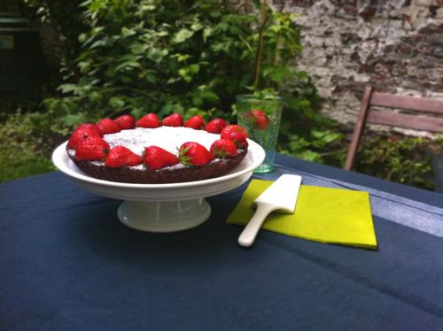 Brownietaart met aardbeien