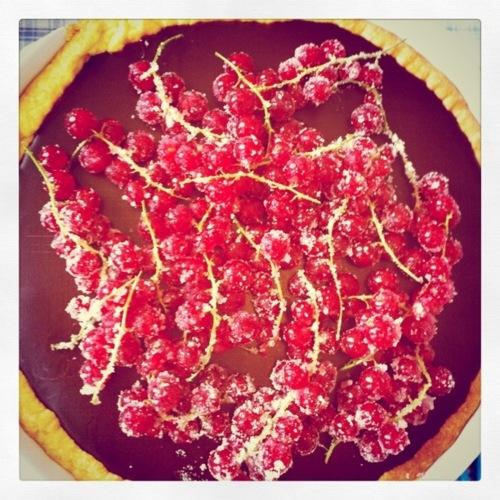 Chocolade ganache taart met rode besjes