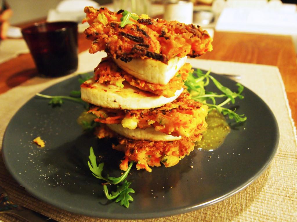 Wortel-korianderkoekjes met halloumi en een frisse zoet-zure dressing