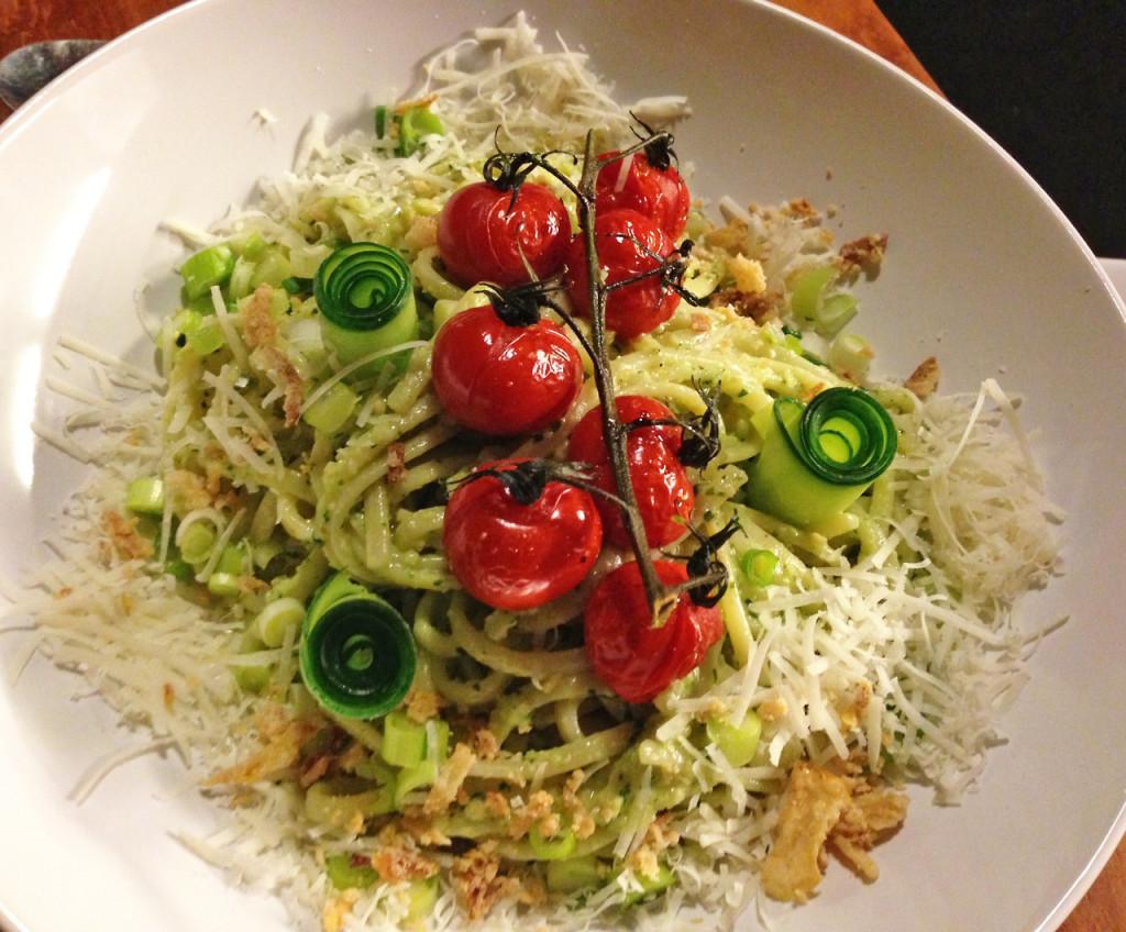 Dagen zonder vlees, dag 1: pasta pesto met oventomaatjes
