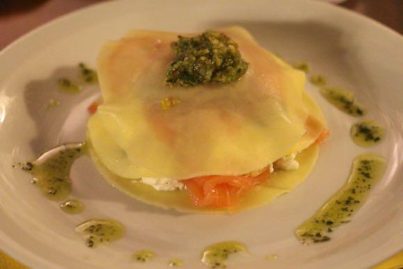 Open lasagne met gerookte zalm, ricotta en pesto