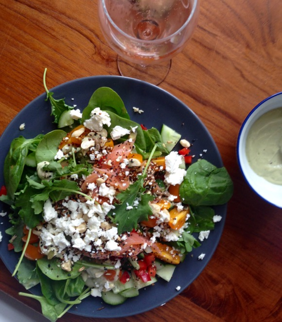 Salade met kale, spinazie, gerookte zalm en avocadodressing