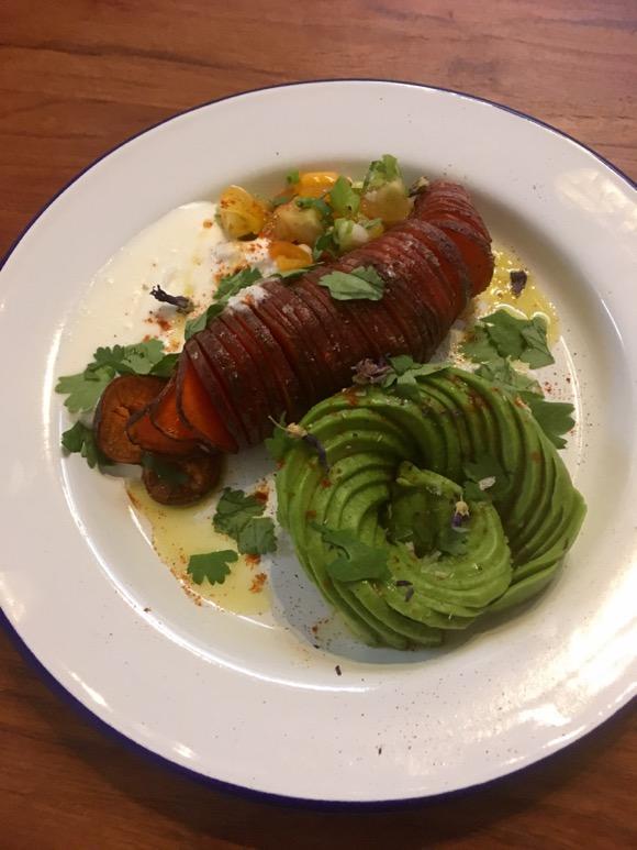 Hasselback sweet potato met whipped feta en avocadoroos