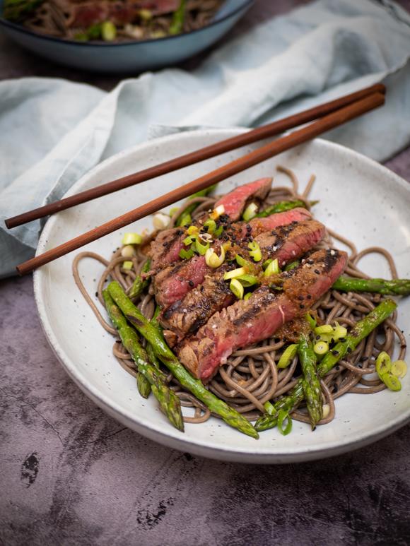Gegrilde wagyu steak met sobanoedels en groene asperges