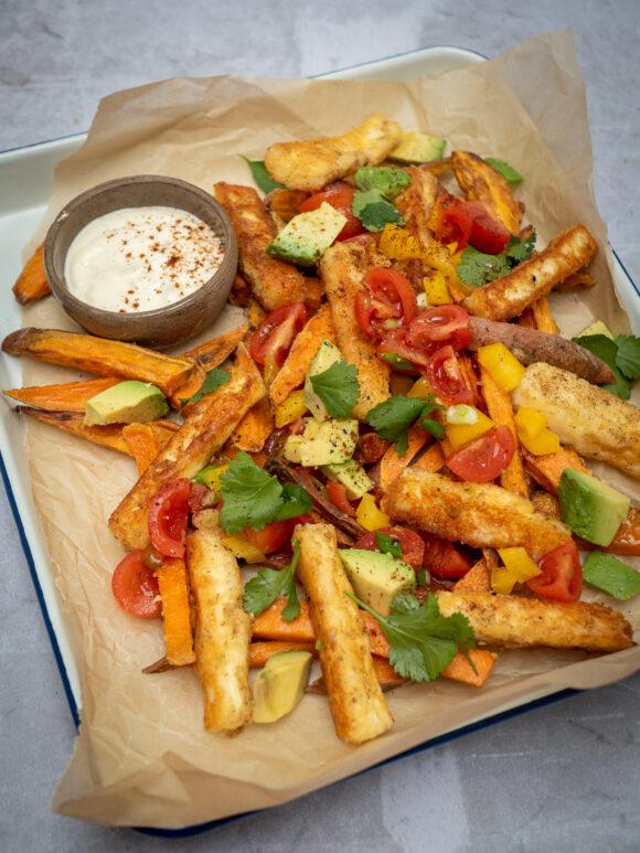 Zoete aardappel- en halloumifrietjes met salsa en chipotle mayonaise