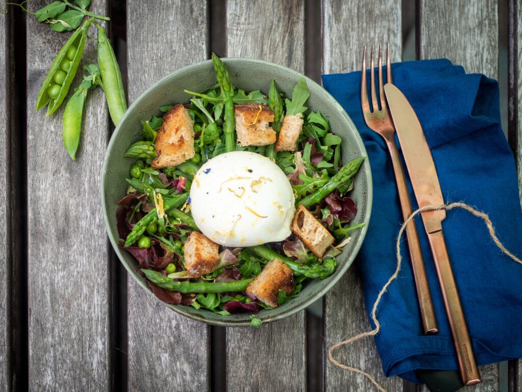 Salade met doperwten, groene asperges, burrata, zuurdesem-lookcroutons en citroen-vlierbloesemdressing