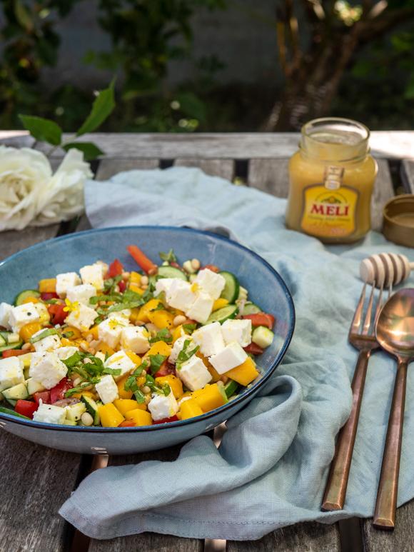 Bijgerecht: salade met mango, feta en citroen-honing dressing